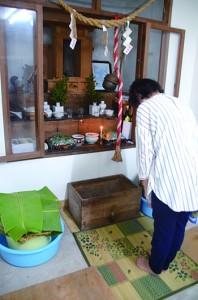 五穀豊穣の感謝の祈りをささげる「ティーヤ」=22日、瀬戸内町清水の厳島神社
