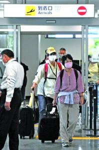 東京直行便を利用し、奄美空港へ降り立った搭乗者=4日、奄美市笠利町