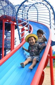 警戒レベルの引き下げに伴い、利用制限が解除された天城町総合運動公園の遊具で遊ぶ子ども=10日、天城町浅間