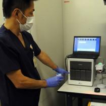 県立大島病院に導入されたPCR検査機器=2日、奄美市