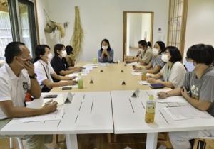 地域おこし協力隊らが交流し課題解決を図った意見交換会=6日、龍郷町幾里