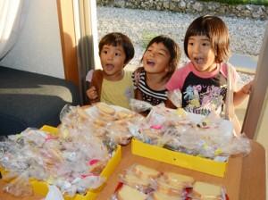 「トゥンガトゥンガ」と言いながら、家庭に用意された箱からお菓子を集める子どもたち=1日、与論町城