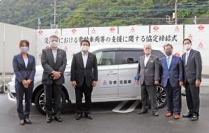 災害時に電動車両等の支援に関する協定を結んだ瀬戸内町の鎌田愛人町長(右から3人目)と関係企業の代表者=29日、瀬戸内町