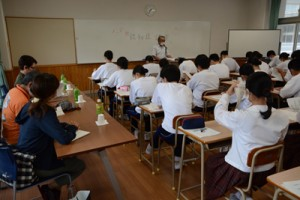 衛生看護科の生徒を対象にした認知症講座=2日、奄美市名瀬の奄美高校