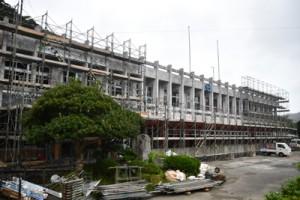 耐震改修工事が進められている大和村の役場庁舎=8日