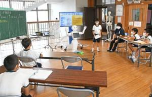 ペッパーを使って学習成果を発表した尾母小学校のプログラミング発表会=22日、徳之島町尾母