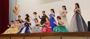 家政科のファッションショーで開幕した奄美高校の文化祭=31日、奄美市名瀬