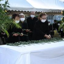 天城町戦没者追悼式で献花する遺族ら=30日、天城町浅間