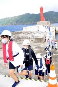 名瀬港沖防波堤の工事現場を見学する高校生ら=17日、奄美市の名瀬港沖