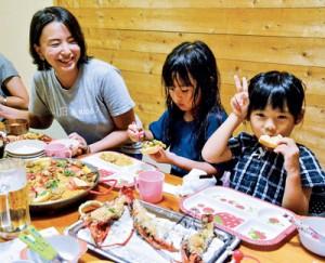 地場産イセエビ尽くしの料理を堪能する山本さん(写真左)ら=10日、大和村国直