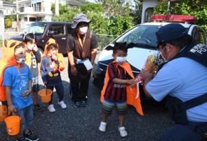 徳巡査長に花束を手渡す小宿保育園の園児たち