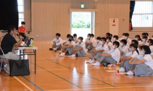 立志塾で喜井さんの講演を聞く沖永良部高校の生徒ら=29日、同校