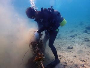 海底のごみを回収するダイバー=12日、瀬戸内町呑之浦沖(瀬戸内町海を守る会提供)