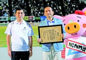 鹿児島国体と第1回国民スポーツ大会成功への相互協力も確認した(左から)塩田知事と山口知事=鹿児島ユナイテッドFC提供