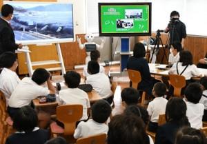 人型ロボット「ペッパー」から津波について学ぶ児童たち=5日、徳之島町花徳小学校