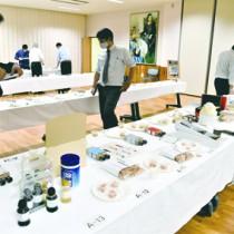 県内から108点の応募があった水産物品評会=26日、指宿市の県水産技術開発センター