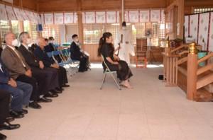 秋の例大祭で祈りをささげる参拝者=3日、奄美市名瀬の高千穂神社