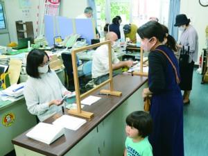 多くの市民がほーらしゃ券を買い求めた奄美大島商工会議所=1日、奄美市名瀬
