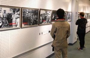 昭和の全島一写真展を鑑賞する来場者=14日、徳之島町亀津