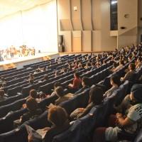 ソーシャルディスタンスを確保し、新しい鑑賞様式で奄美オーケストラの演奏を楽しむ聴衆=22日、奄美市名瀬の奄美文化センター