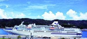 名瀬港に寄港した「ぱしふぃっくびいなす」。今年度はクルーズ船受け入れがすべて中止となった