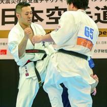 入来(左)の下段回し蹴りが光った男子決勝=22日、東京・港区