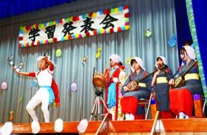 油井豊年踊りを披露する児童生徒=1日、油井小中学校