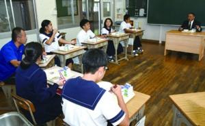 生徒たちと懇談する伊集院村長(右)=16日、大和村の大和中学校