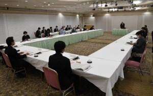 新型コロナウイルスの影響や、今後の観光の在り方などで意見交換した推進会議=12日、鹿児島市