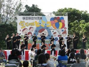 奄専祭を盛り上げた屋外のステージ発表=21日、奄美看護福祉専門学校(同校提供)