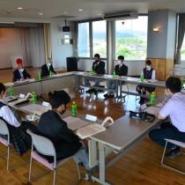 高校生と森田町長らが町の未来像について語り合ったフレッシュトーク=21日、天城町役場