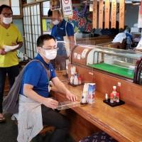 飲食店で行われた感染症対策の個別指導=22日、与論町(町商工観光課提供)