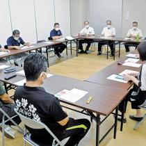新型コロナウイルス感染確認を受け、対応を協議する和泊町の対策本部=7日午後5時半ごろ、同町役場