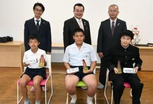 徳之島プログラミンググランプリで上位入賞を果たした(前列左から)丸山君、岸岡君、黒須さん=29日、徳之島町井之川