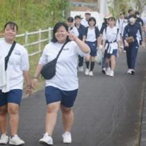 思い思いのペースで遠行を楽しむ生徒ら=6日、奄美市笠利町