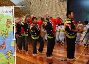 総勢9組が出演した「宇検村・瀬戸内町伝統文化の祭典」=15日、奄美市笠利町