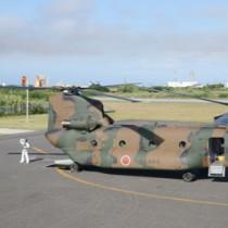 新型コロナウイルスの感染者搬送のため与論空港に到着した陸上自衛隊のヘリコプター=6日、与論町