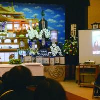 林さんの告別式、東京在住の孫は画面越しに祖父への別れの言葉を述べた=22日、和泊町