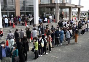 プレミアム商品券を求める町民で大混雑する販売会場周辺=10日、徳之島町亀津