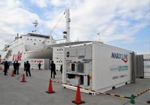離島航路事業者に提供された冷凍コンテナ=11日、鹿児島市の鹿児島新港