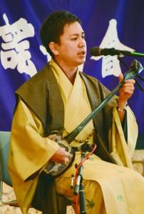 協会賞争奪戦で「徳之島節」を歌う前山真吾さん=21日、奄美市笠利町