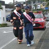 防火駅伝に参加し、火災予防などを呼び掛けた署員=10日、徳之島町亀津