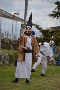 一番組が奉納した「三者囃子」=29日、与論町の地主神社