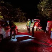 野生生物の観察ルールについて説明を受ける車両=23日、奄美市住用町(環境省提供)