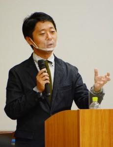 「文化継承者・言語継承者としての島尾敏雄」と題して講演する名桜大学の小嶋洋輔教授=8日、奄美市名瀬も