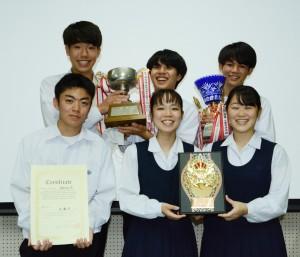 全国大会出場を決めた大島高校英語部=24日、奄美市名瀬