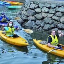 カヌーを体験する奄美大島モニターツアーの参加者ら=21日、奄美市住用町