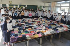 難民として困窮している世界中の子どもたちに集められた、大島高校生たちの古着=27日、大島高校