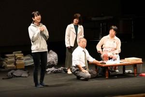 住民らが熱演した島民劇「記憶喪失の男達」=28日、徳之島町文化会館