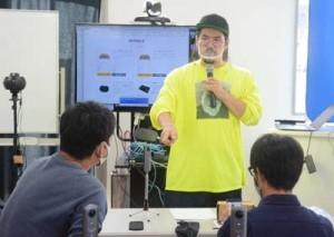 受講者にVR映像の可能性について伝える渡邊さん=12日、奄美市名瀬